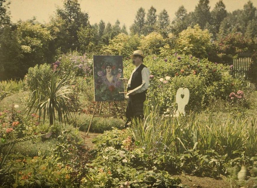 """الفنان """"فون بوستن"""" وهو يقوم بالرسم في حديقة منزله، من سنة 1912"""