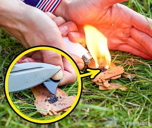 أكشط قليلا من البلاستيك من ريشة العازف، وقم باستخدامها لإضرام النار بسرعة