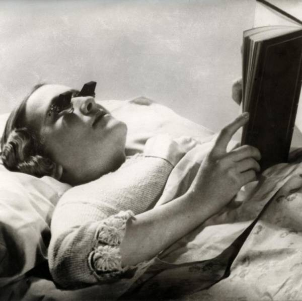 امرأة ترتدي نظارات القراءة ذات المرآة في بريطانيا عام 1936
