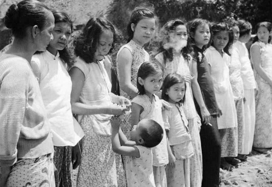 نساء المتعة خلال الحرب العالمية الثانية يقفن في الصف فتيات صينيات ومالايانيات -من (مالايا) سابقا التي أصبحت جزءا من (ماليزيا) الآن- أخذن ليتم استغلالهن كنساء متعة لفائدة الجيش الياباني، بين سنتي 1939 و1945.