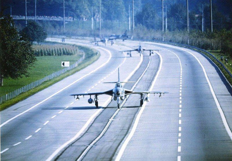 يمكن تحويل الطرق السريعة إلى مدارج عن طريق الإزالة السريعة للحواجز بين خطوط السير
