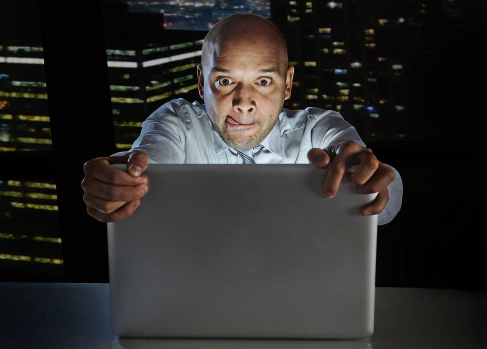 شخص يشاهد شيئا على شاشة حاسوبه