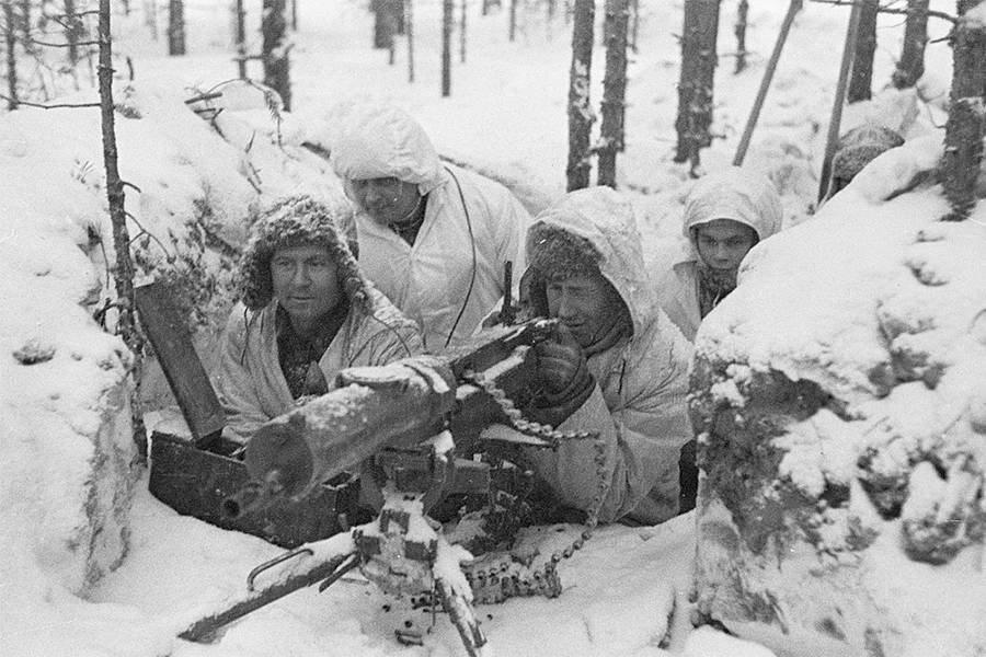 قناصون فنلنديون متخفون خلف الكتل الثلجية في حفرة صغيرة.