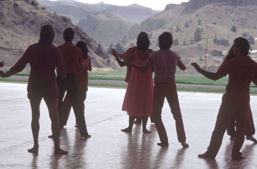 راجنيشيون يمارسون التمارين الصباحية في (أنتيلوب).
