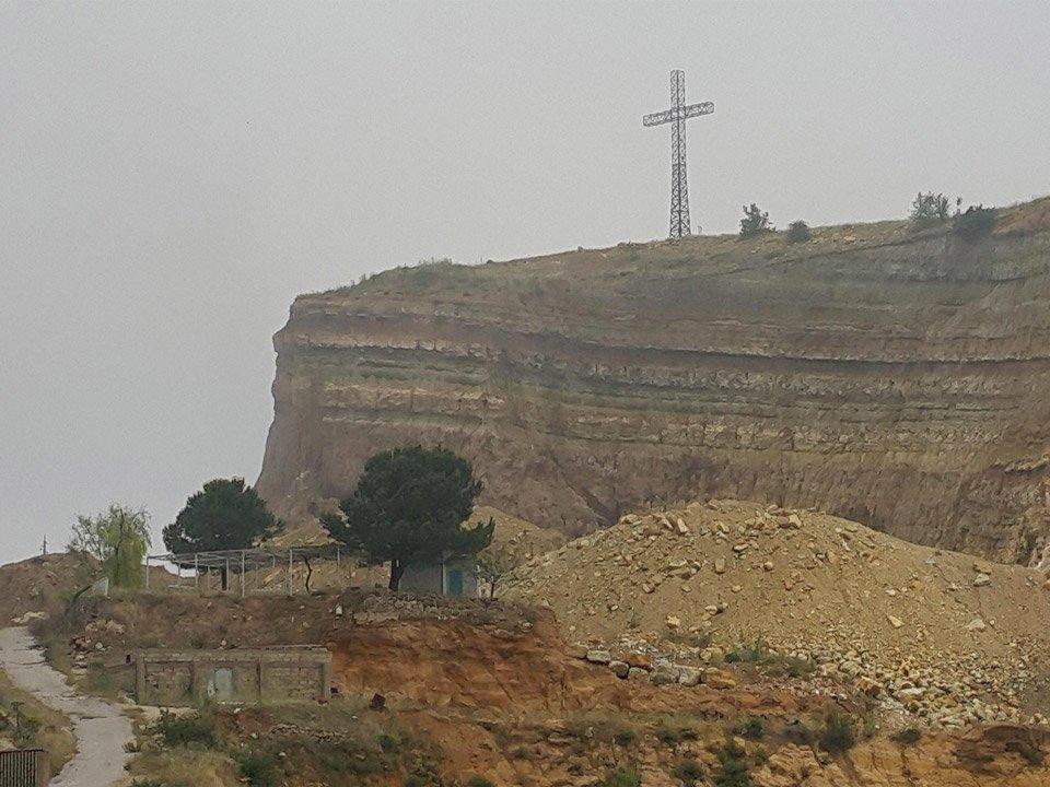 صليب يقع فوق هضبة جبل تم تدمير أكثر من نصفه في (ميروبا).