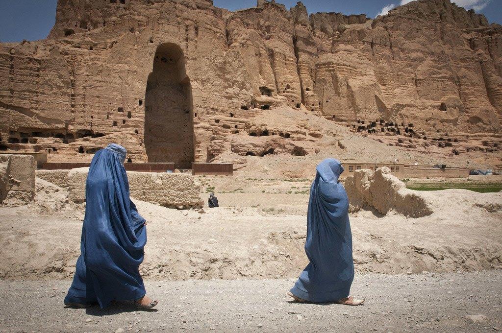 تمر هاتان المرأتان بالقرب من هذا التجويف الهائل حيث كان في يوم من الأيام تمثالا بوذا الكبيرين يقفان شامخين.