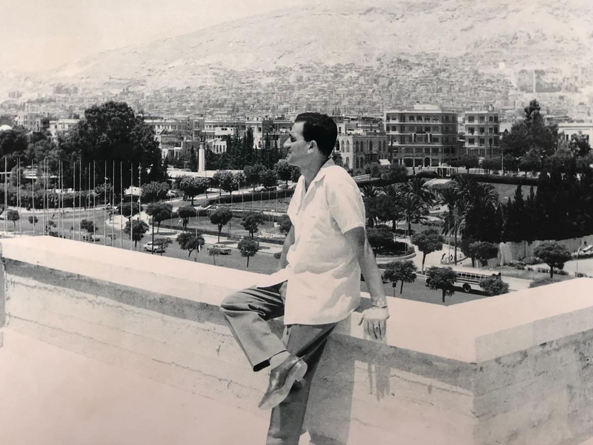 صورة تبرز (إيلي كوهين) في محل إقامته في العاصمة السورية دمشق.