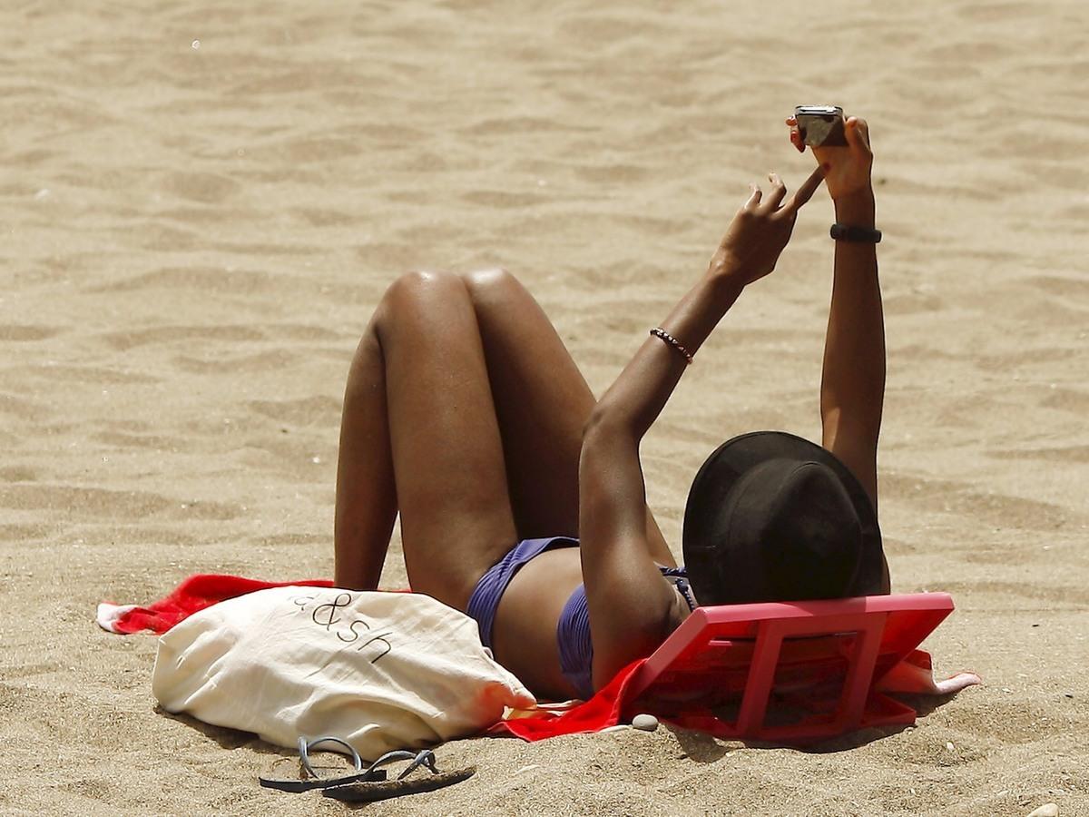 شابة على الشاطئ