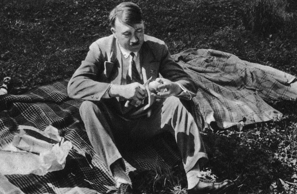 صور محرجة لأدولف هتلر قام بحضر نشرها بعد أن استوعب الأمر
