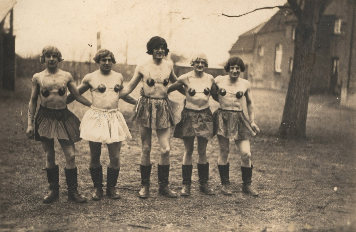 صور تكشف كيف أحبّ الجنود الألمان ارتداء الملابس النسائية للمتعة خلال الحرب العالمية الثانية