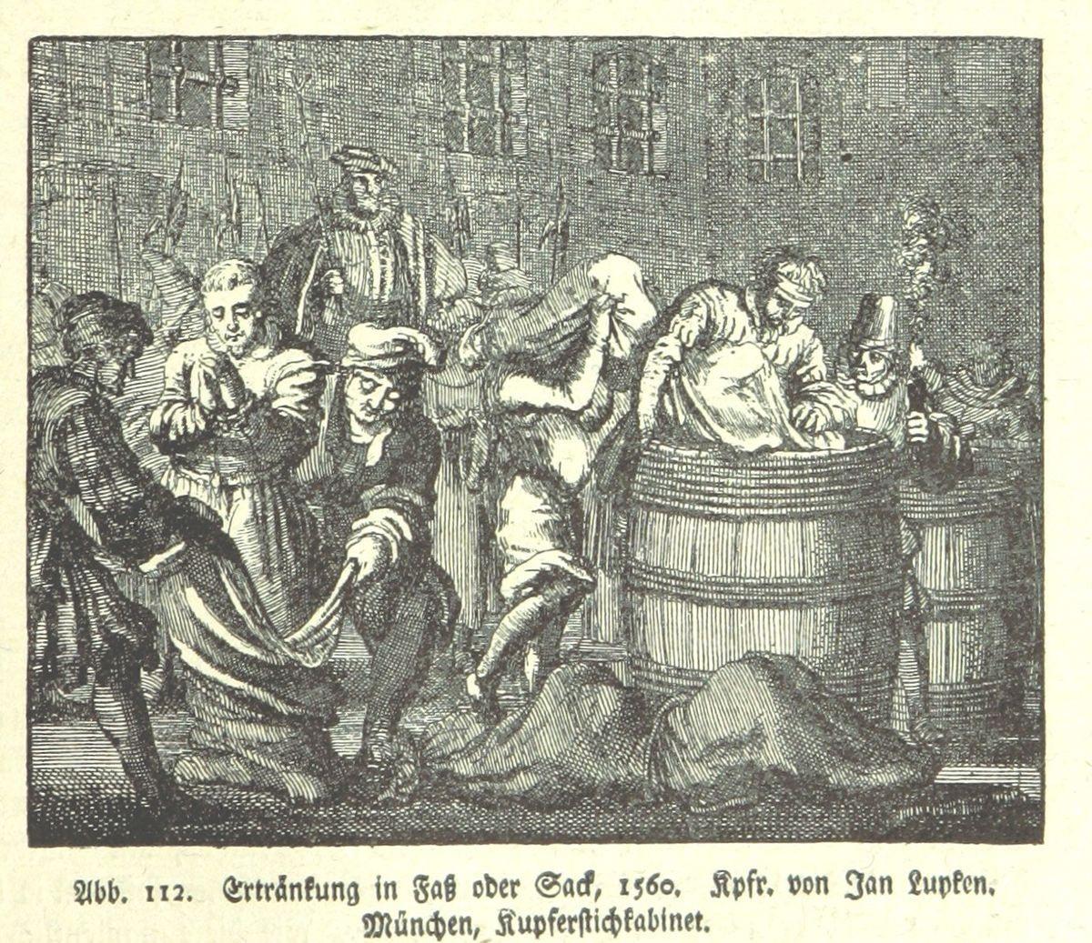 مصدر الصورة ويكيبيديا: يتم وضع المحكوم عليهم في كيس، ثم توضع في الكيس مجموعة من الحيوانات ومن ثمّ يتم إقفاله الكيس ورميه في الماء