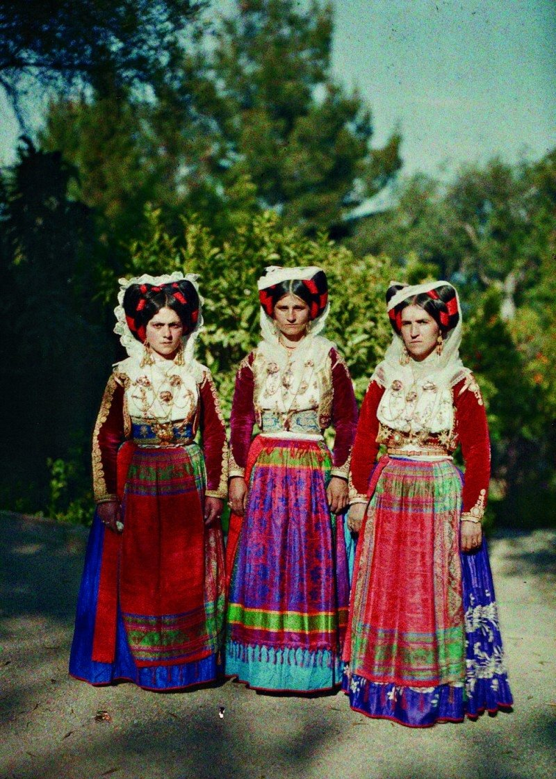 صورة نساء يرتدين الملابس التقليدية في (كورفو) في اليونان. التقطت الصورة من طرف (أوغست ليون) وأضيفت إلى مشروع «أرشيفات الكوكب». صورة: متحفAlbert Kahn