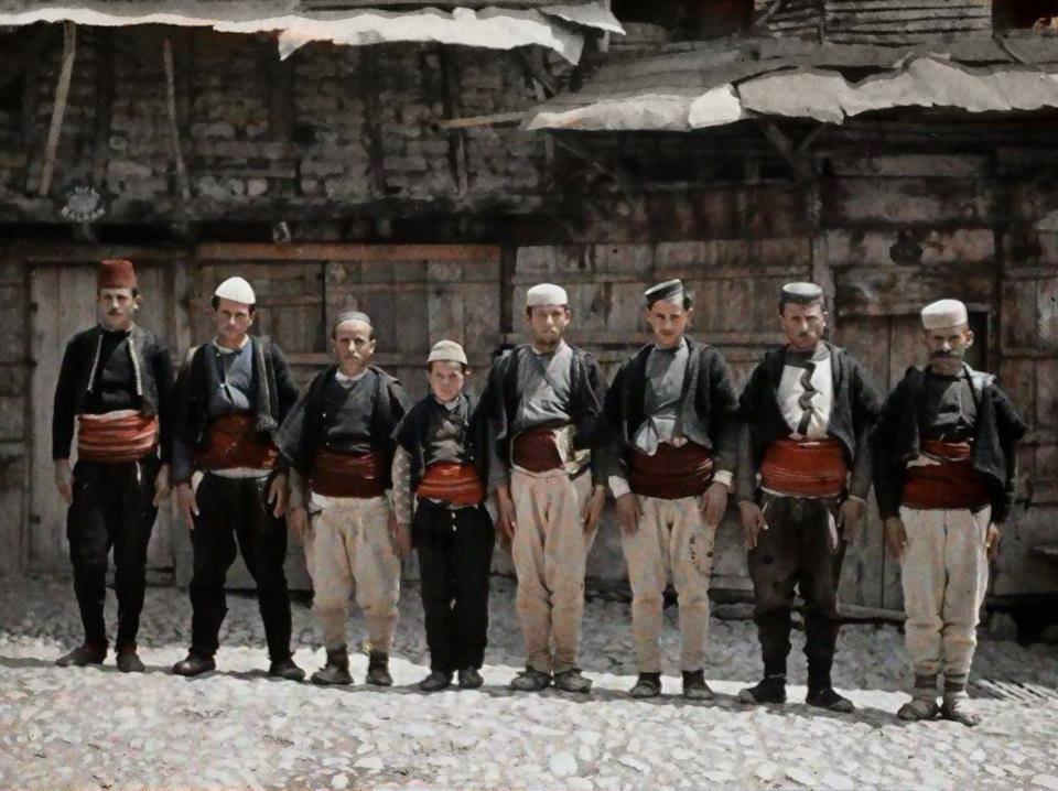 صورة رجال منبلدة (أوهريد) أيضا في مقدونيا التقطها المصور (أوغست ليون) في عام 1913.