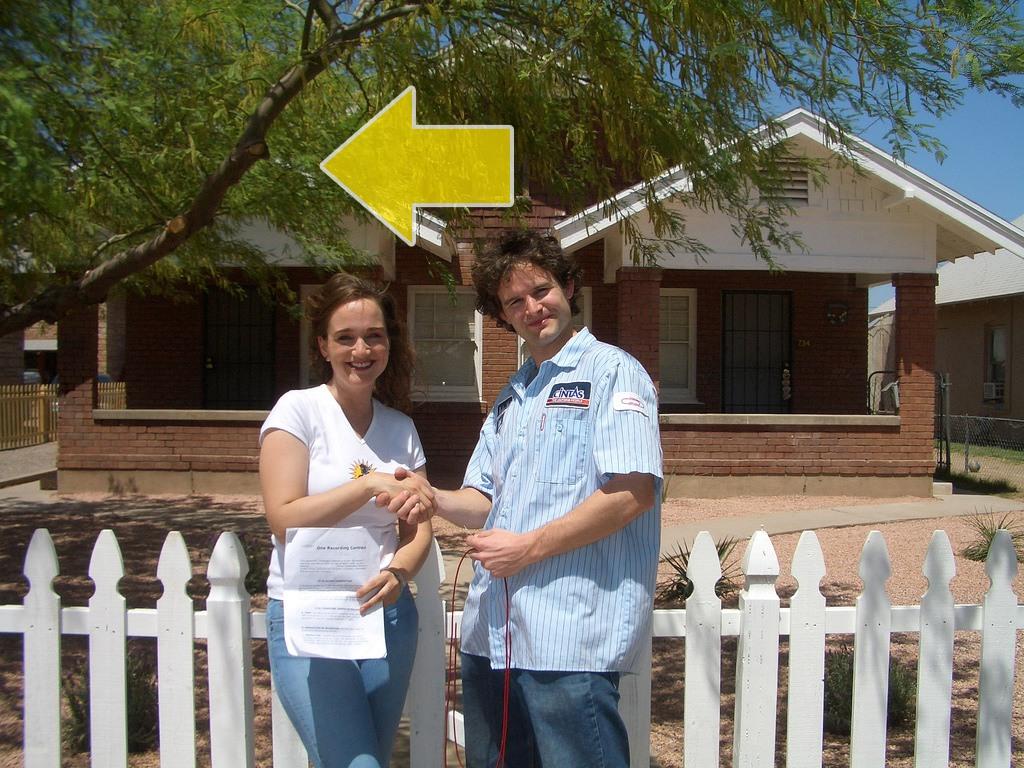 كايل وشابة أمام منزلها