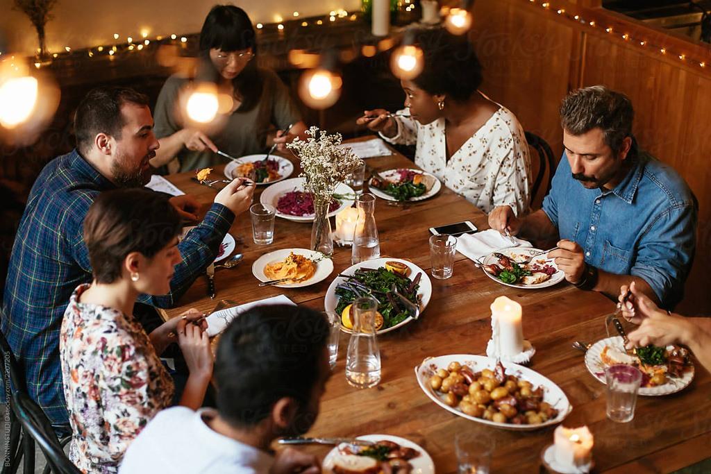 تناول العشاء مع الأصدقاء