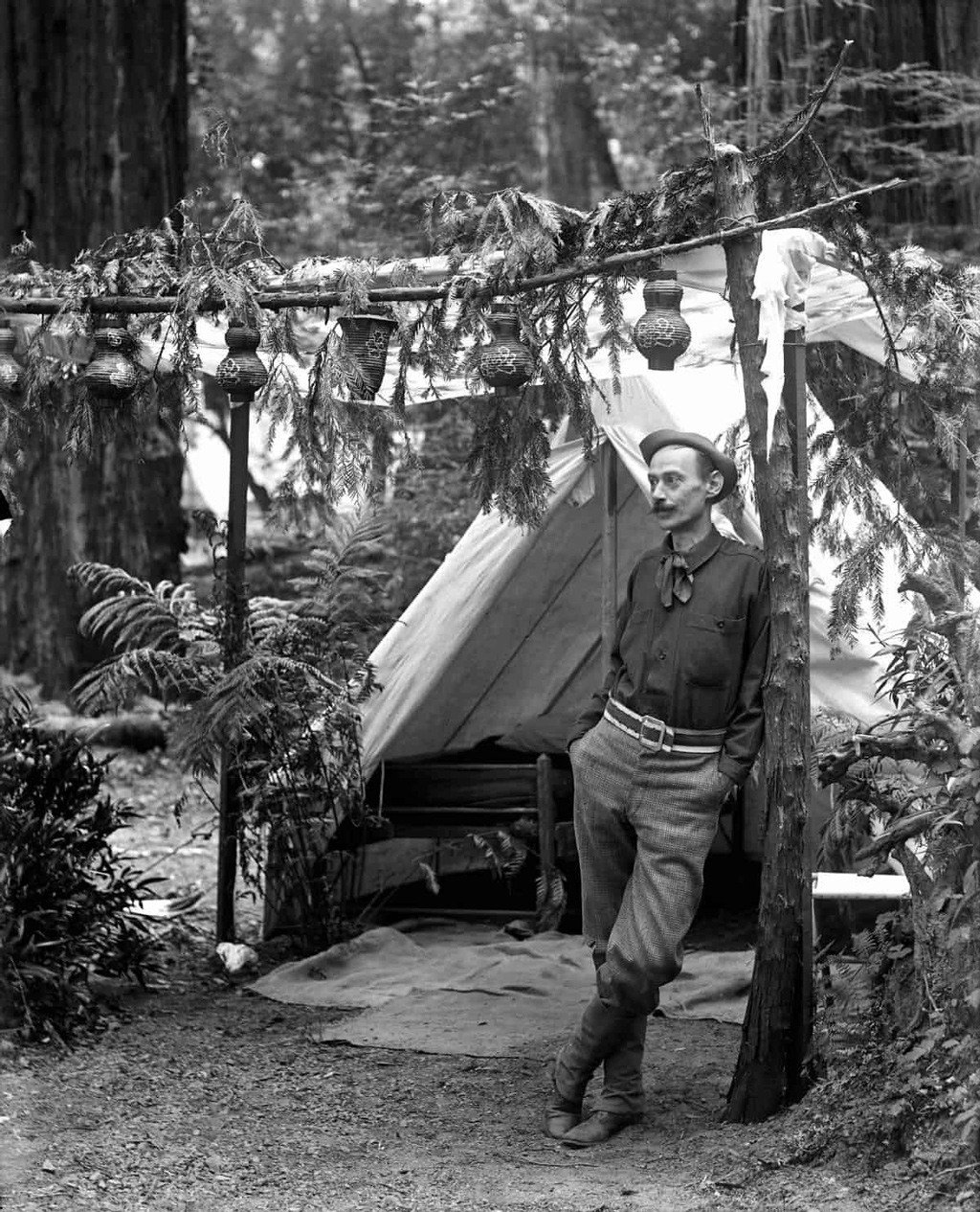 رجل في المخيم يتكئ على عمود، البستان البوهيمي.