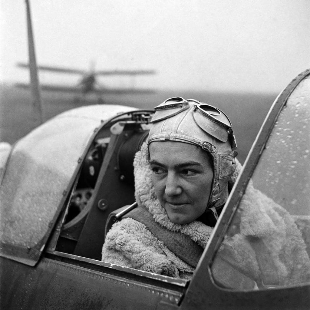 (آنا ليسكا) في مدرج الطائرات العسكري (وايت وولتهام) في إنجلترا سنة 1942.
