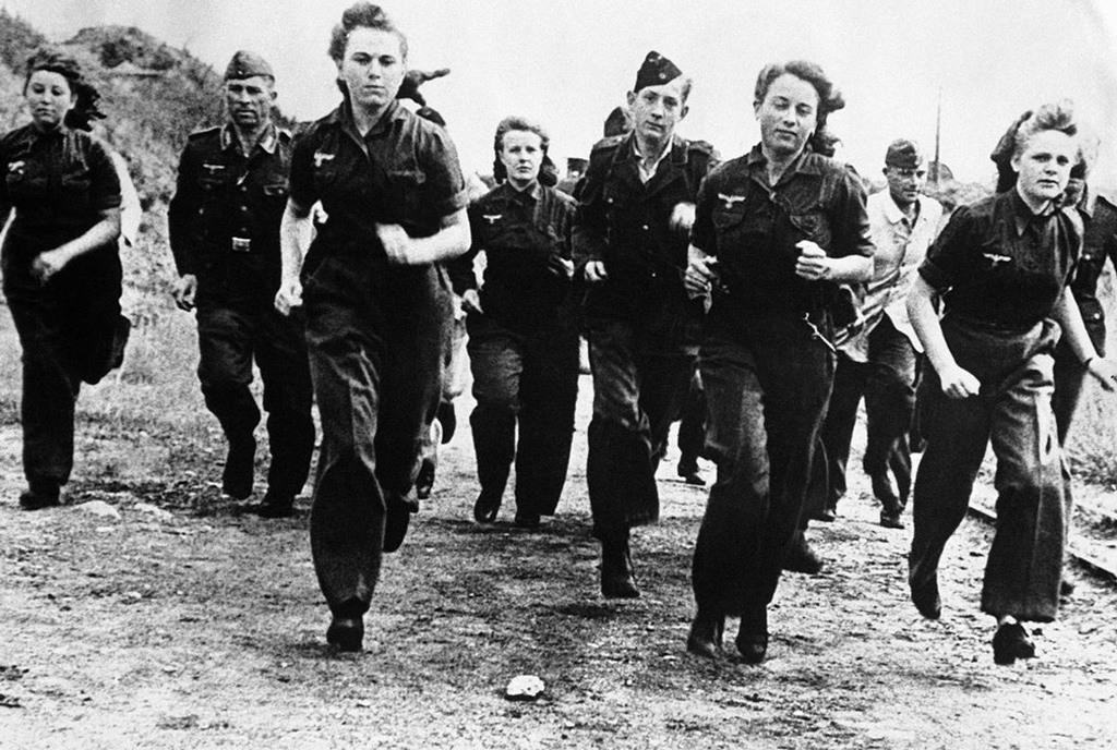 تظهر في هذه الصورة نساء ألمانيات يخضعن للتدريبات إلى جانب الرجال، في مكان ما من ألمانيا في السابع من ديسمبر 1944.