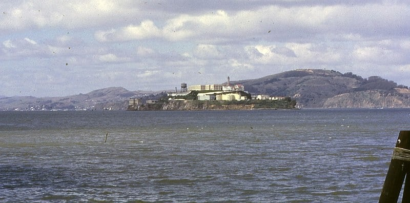 جزيرة (ألكاتراز) مثلما تشاهد من (سان فرنسيسكو)، في مارس سنة 1962.