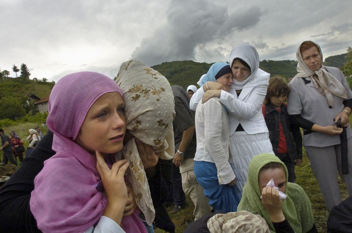 مشيعو ضحايا سريبرينيتشا سنة 1995. صورة: ANDREW TESTA/PANOS
