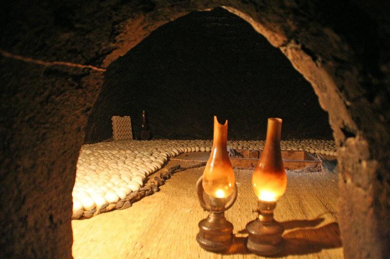 عامل مصري في إحدى المفرخات المصرية القديمة وهو يستخدم مصابيح البنزين لتدفئة البيض.