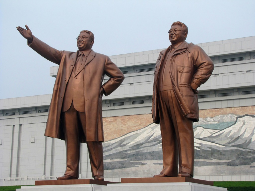تمثالا الزعيمان الكوريان الراحلان