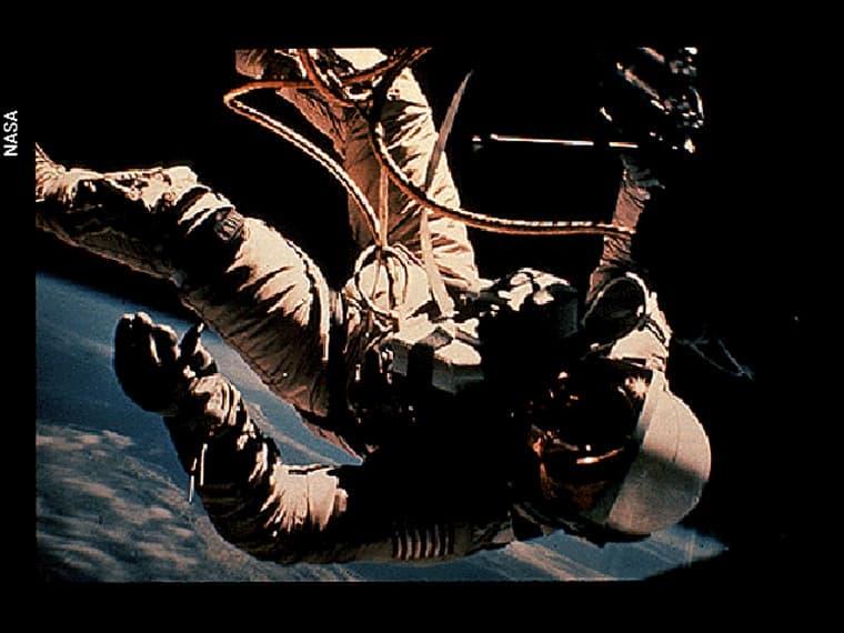 رجل فضائي في الفضاء الخارجي