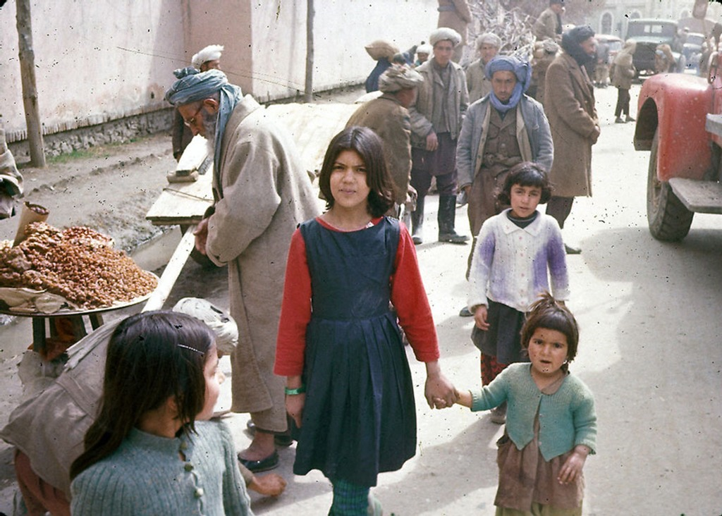 شقيقات يتنزهن في شوارع كابول