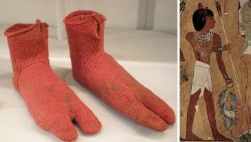 زوج من الجوارب القديمة التي عثر عليها في موقع دفن مصري أثري