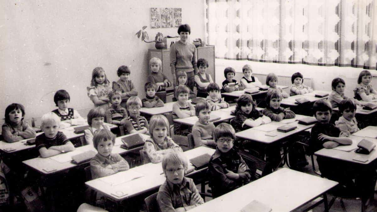 أطفال السنة الأولى في المدرسة في ألمانيا الشرقية، سنة 1977.