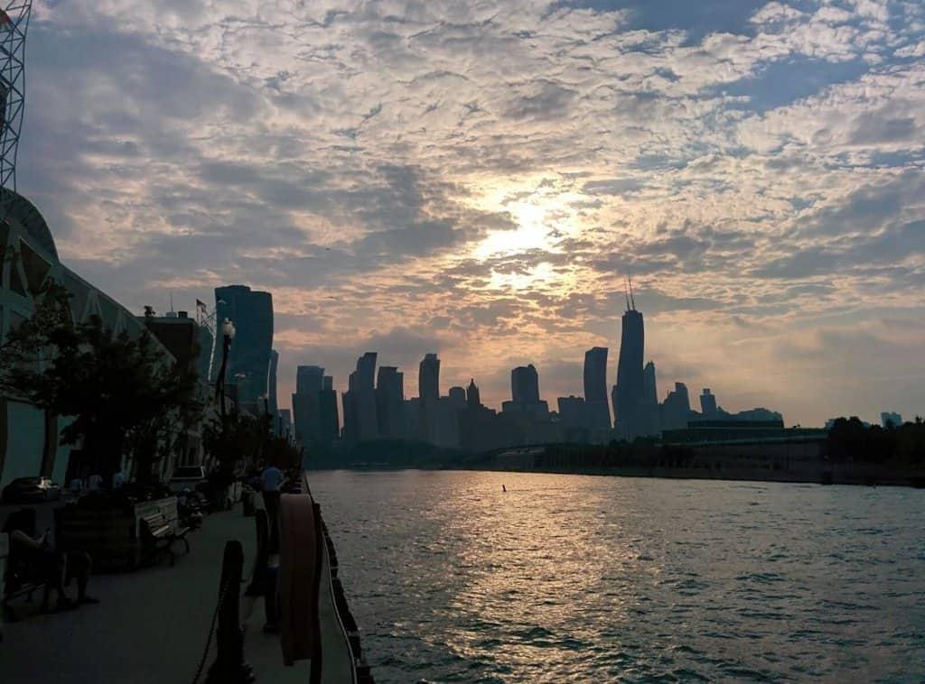 هذا ما يحدث إذا اهتز هاتفك الجّوال عند محاولة التقاط صورة لناطحات السحاب في شيكاغو